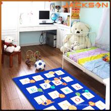 Enfants adaptés aux besoins du client apprenant et jouant le tapis