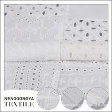 Respectueux de l'environnement acceptent le tissu de broderie fait sur commande d'oeillet de coton blanc