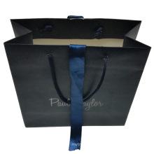 Saco de papel com a fita azul do ornamento