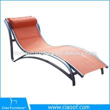Chaise longue moderne en aluminium avec cadre en filet près de la piscine