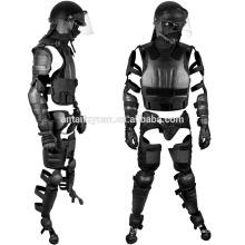 La policía usa el cuerpo de un traje antimotines liviano, el sistema de engranajes antidisturbios Police Ultimate
