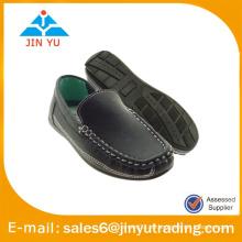Zapatos planos retros del barco de los zapatos de los hombres