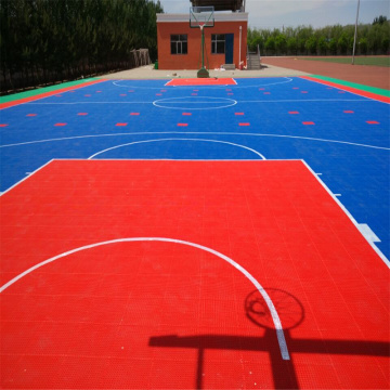Terrain de basket jouant des sports de plein air