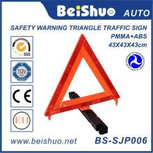 Triângulo de advertência para a segurança rodoviária na estrada