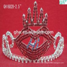 Lindo e adorável coroa de lábios vermelhos, princesa princesa de crianças