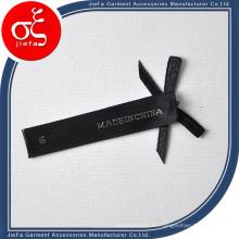 Etiqueta tejida satinada personalizada hermosa y moderna con lazo