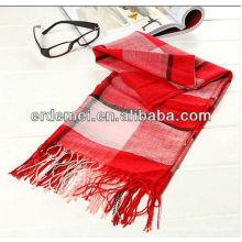 Покрытый прядиной шерстяной шарф из войлока