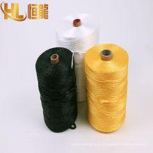 gelbe und rohe weiße Verpackungsschnur
