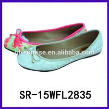 La nueva muchacha del modelo del diseño 2015 calza los zapatos planos de las muchachas de la Navidad de la muchacha