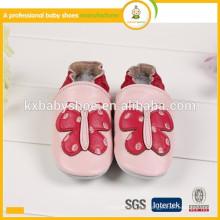 2015 heißes Verkaufsschmetterlingsmuster reizende echte Schaffellhandgemachte Kinder lederne Schuhe