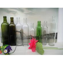 Esvaziar diferentes formas e garrafas de vidro de cor diferente para azeite de oliva