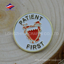 Estampando pinos de serviço de ouro 2D com o seu logotipo