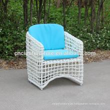 Cadeiras ao ar livre do Rattan branco com coxim