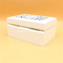Boîte à bijoux en bois sculpté blanc