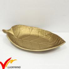 Золотой лист сервировки деревянной тарелки