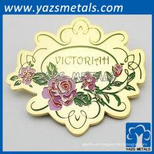la flor color de rosa modificada para requisitos particulares forma la insignia de oro de la alta calidad