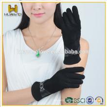 Mädchens schwarze Leder-Wildlederhandschuhe