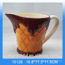 Caneca de leite de cerâmica popular com figurinha de gelado