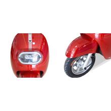 Двухколесный электрический скутер в современном городском стиле