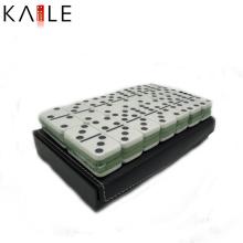 Fertigen Sie weißes Domino-Spiel-Set mit lederner Box besonders an