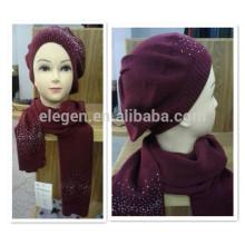 Rojo sombrero de acrílico y bufanda con strass