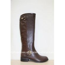 Les nouvelles bottes plates marron plates avec des dessins simples