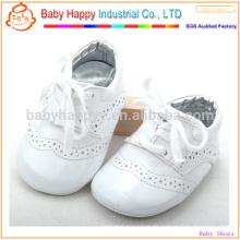 El desgaste recién nacido blanco del bebé calza los zapatos de bebé de la PU