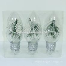 Boules suspendues de noël incandescentes avec des lumières led