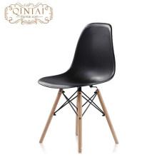Venta al por mayor Barato escandinavo estilo nórdico silla bastante plástica salón negro PP Silla con patas de haya