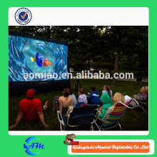 Family together watching movie screen para la venta