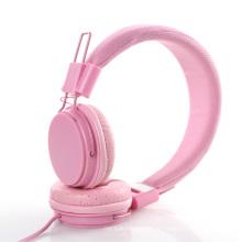 Fones de ouvido dobrados com microfone