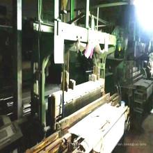 Máquinas de tear de veludo de segunda mão correndo em fábrica