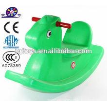 Los niños montan en Toy Rocking Horse