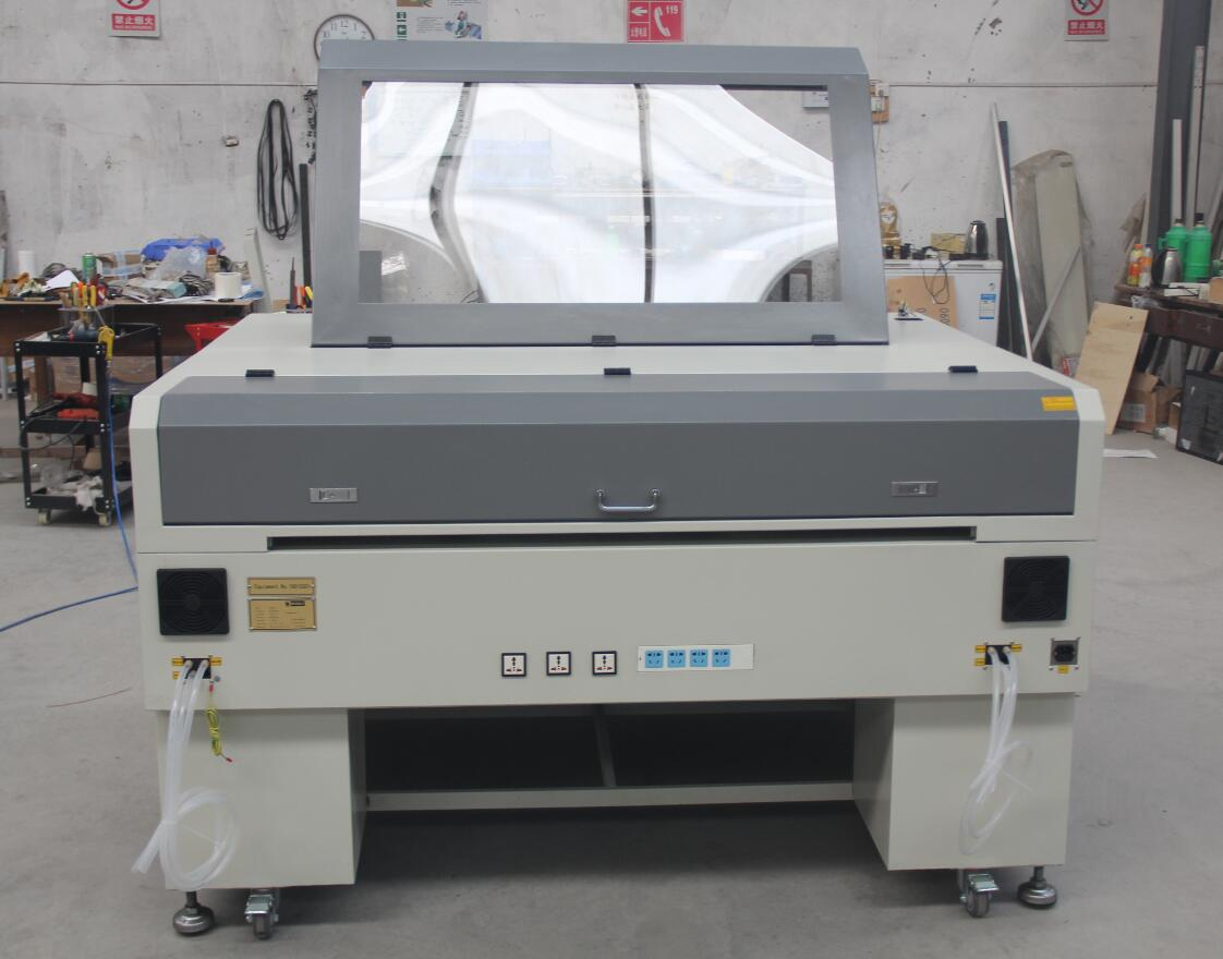 Laser cutting machine with CCD