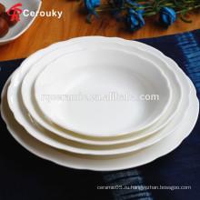 В ресторане отеля высокого качества используются белые фарфоровые тарелки