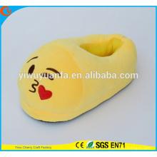 Hot Sell novedad diseño beso expresión felpa zapatilla de Emoji con tacón