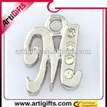 pendentif en métal lettre m