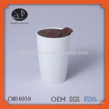 Traditionelle und einfache Förderung weiße keramische kundenspezifische Becher mit Plastikdeckel, keramische Schale