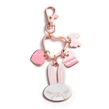 Porte-clés de dessin animé de charmes de coeur de lapin en émail dur en métal