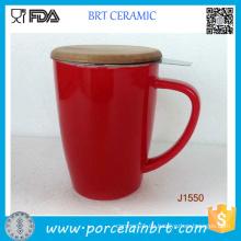 Unterschiedlicher farbiger keramischer Tee-Becher mit Bambusdeckel