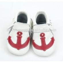 Los mocasines recién nacidos del bebé calzan pattems lindos para los zapatos de bebé