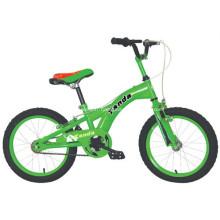 Enfants de bicyclette pendant 4 ans vieux