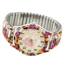 Fashion ladies portant une montre intelligente à quartz vogue