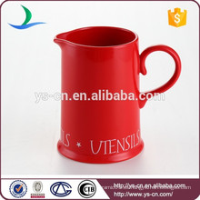 Jarra de agua de cerámica roja para el hogar o el hotel