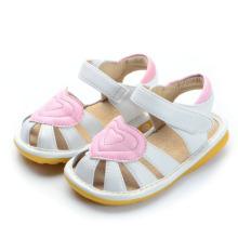 Weißes Baby Quietschen Sandalen mit großem rosa Herz