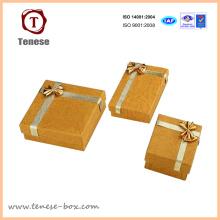 Elegante caixa de jóias de papel dourado