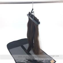 Extensión de pelo y Clips de pelo colgando de la percha madera pinzas