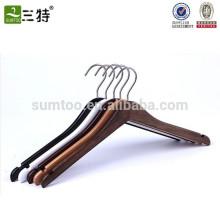 Usine de cintres en Chine Cintres en bois sur mesure