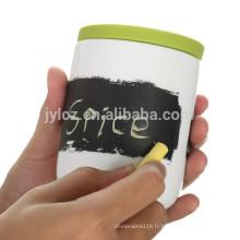 Tarte à la planche et pots à l'herbe avec une cuillère et un couvercle en silicone
