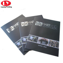 Catálogo de gafas de sol con pespuntes impresos en papel